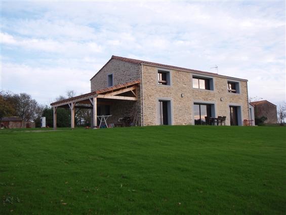 Réhabilitation d'une grange en maison d'habitation en pierre apparente enduite à la chaux sur la commune de SAINT HILAIRE DE CHALEONS - 44640